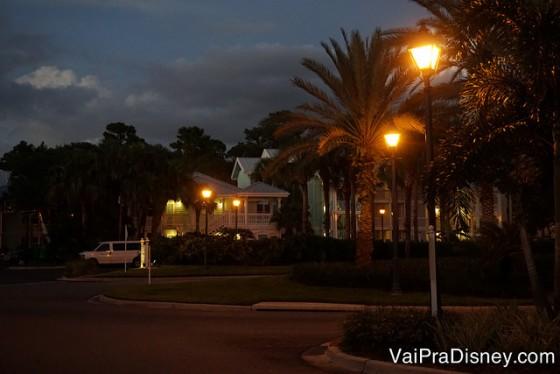 Foto do Old Key West iluminado à noite, rodeado de palmeiras