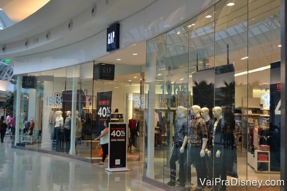A GAP dos shoppings é bem diferente da GAP dos outlets.