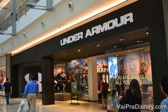 A Under Armour, famosa loja de moda esportiva também está presente nesse shopping.