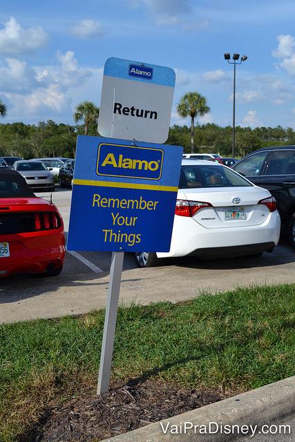 Mesmo se você alugar carro na National, pode devolver o carro nas vagas com essa placa.
