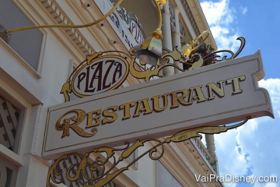 Foto da placa do The Plaza Restaurant, seguindo a decoração em estilo Art Nouveau
