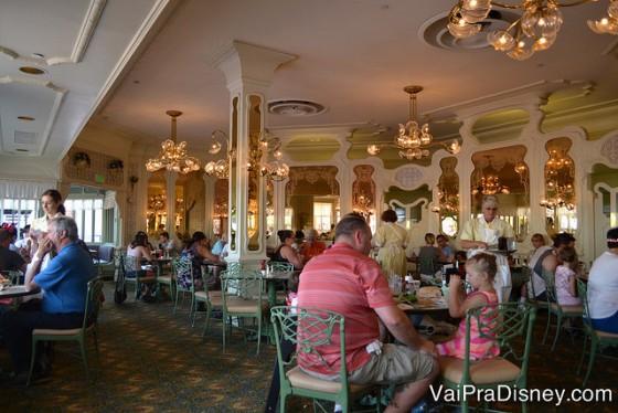 Foto do The Plaza Restaurant por dentro, com decoração estilo Art Nouveau e bem amplo