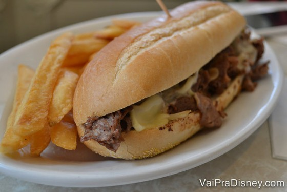 Foto do prato da Renata com o sanduíche acompanhado de batatas.
