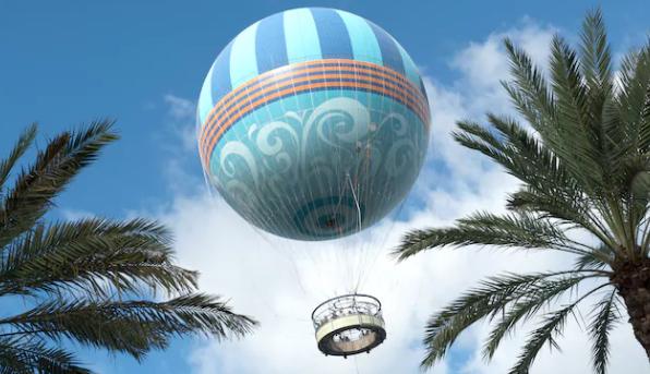 Foto do balão do Disney Springs no ar, durante um passeio, com o céu azul ao fundo