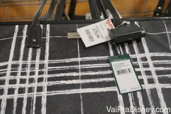Mais desconto nas bolsas na T.J. Maxx!! Foto de uma bolsa branca e preta, com etiquetas indicando o desconto
