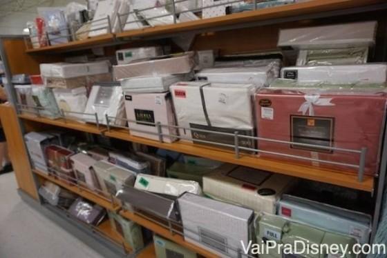 Roupas de cama a venda na T.J.Maxx. Foto das opções de roupa de cama da T.J. Maxx
