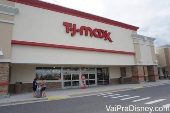 Uma das unidades da T.J.Maxx na região de Orlando. Foto da fachada da loja T.J. Maxx em Orlando. O fundo é branco e o nome da loja está escrito em vermelho.