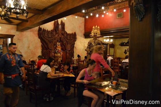 Mais um pouco da decoração super detalhista do restaurante, com estátuas e painéis nas paredes