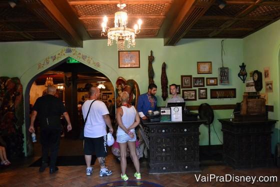 Foto de visitantes na fila na entrada do Yak & Yeti.