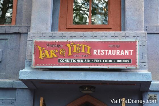 Foto da placa na entrada do Yak & Yeti.