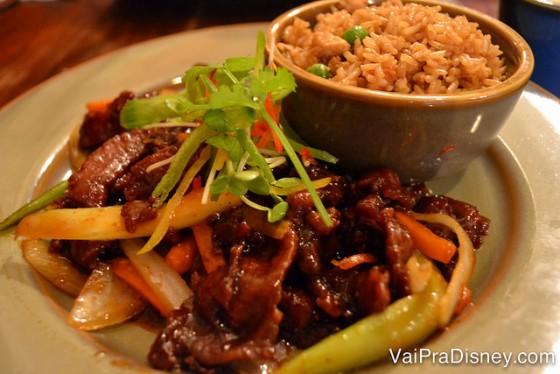 Meu Orange Beef delicioso, acompanhando de arroz frito.