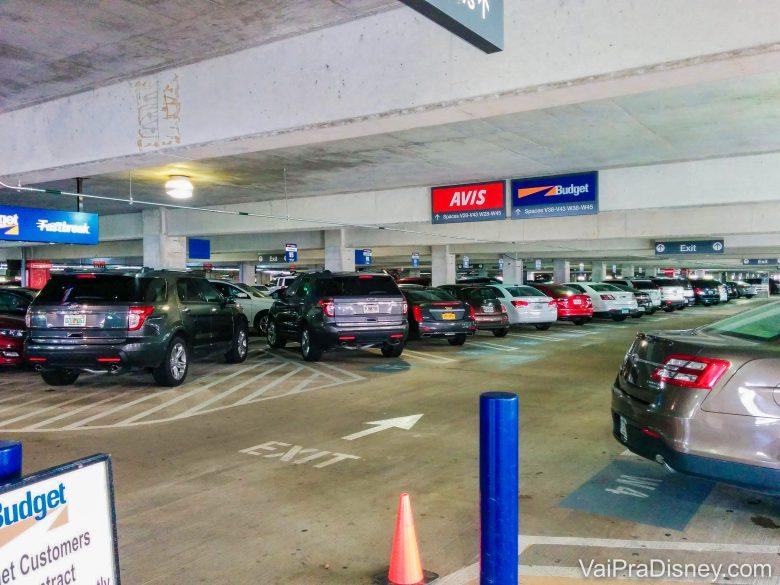 Escolhendo o carro no aeroporto de Orlando. É só entrar, dar a partida e sair dirigindo.