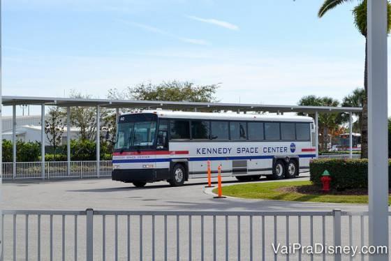 Ônibus do Kennedy Space Center em direção ao tour pela NASA