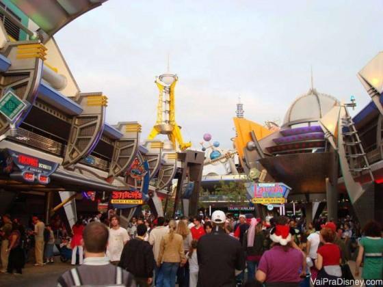 A entrada da Tomorrowland em dia de parque cheio. Nem a manhã salva