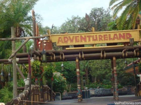 Entrada da Adventureland. Repare que depois desse ponto vai ser difícil avistar o castelo da Cinderela