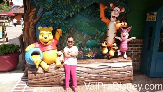 Minha filha na frente da atração do Ursinho Puff