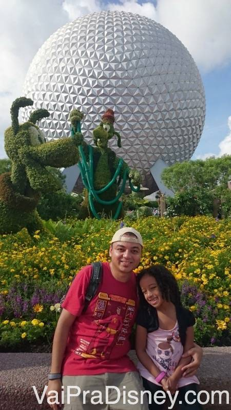 Na frente do Spaceship Earth