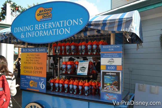 Você pode fechar o All Day Dining Dealno próprio parque, apenas para o dia da sua visita. Foto da estação de compra do All Day Dining Deal no SeaWorld