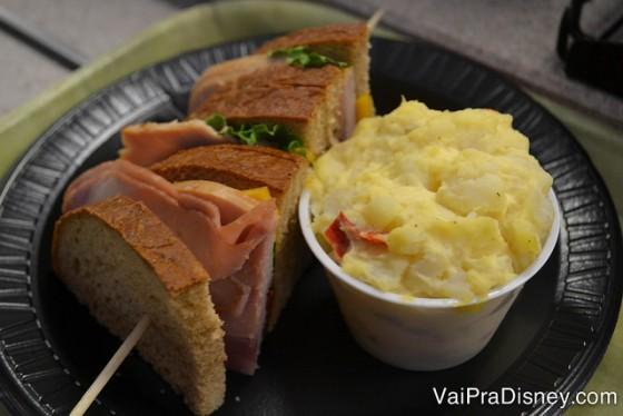 Foto do prato com um sanduíche e purê de batata ao lado