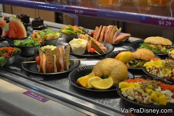 Foto de diversas opções de comida na vitrine do SeaWorld inclusas no All Day Dining Deal, como croissants, sanduíches e frutas