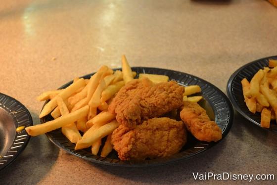 Foto de um prato com frango frito e batata frita