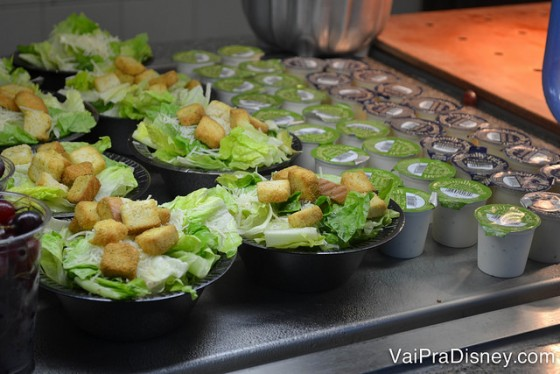 Saladinha com molho ao lado para você escolher no All Day Dining Plan