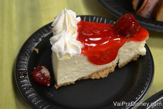 Foto do cheesecake com cobertura de morango de sobremesa do All Day Dining Deal do SeaWorld