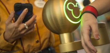 Foto do totem onde são escaneados os ingressos e MagicBands na entrada do parque da Disney.