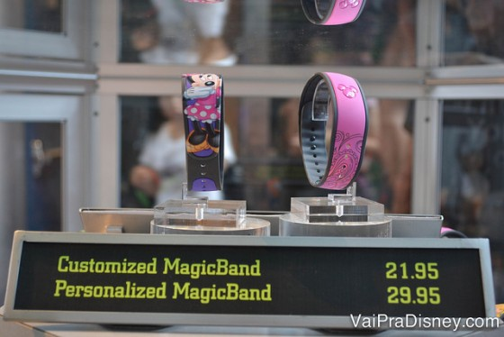 Foto das opções de MagicBand customizada ou personalizada na vitrine, uma com desenho da Minnie e outra rosa com algumas estampas discretas