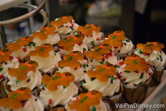 Foto de cupcakes com pequenos bonecos de gingerbread em cima