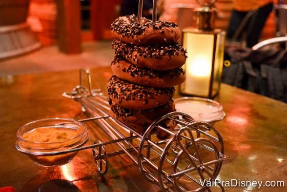 Foto dos pretzels com molho de mostarda servidos no avião.
