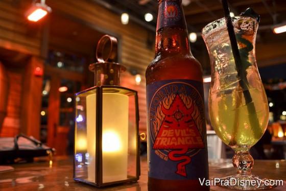 Foto das bebidas, uma cerveja e um drink