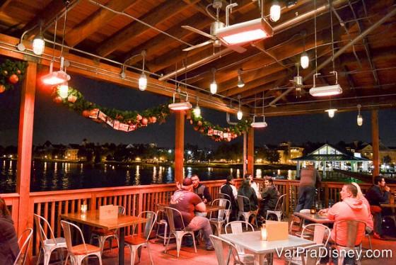 Foto da varanda do bar, com vista para o lago de Disney Springs