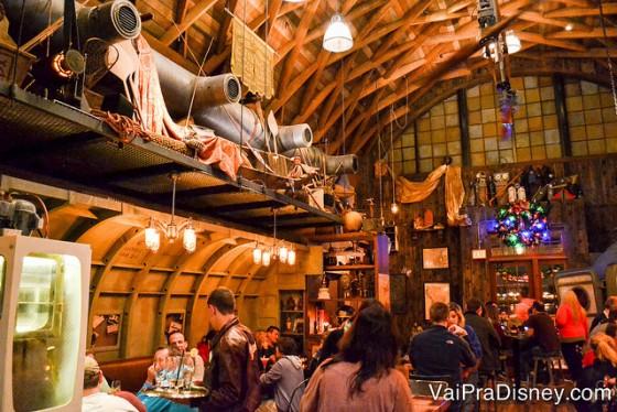 Decoração perfeita do Jock Lindsey's Hangar Bar.