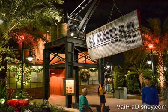 Foto da entrada do Jock Lindsey's Hangar Bar, com uma placa enorme indicando o nome do local