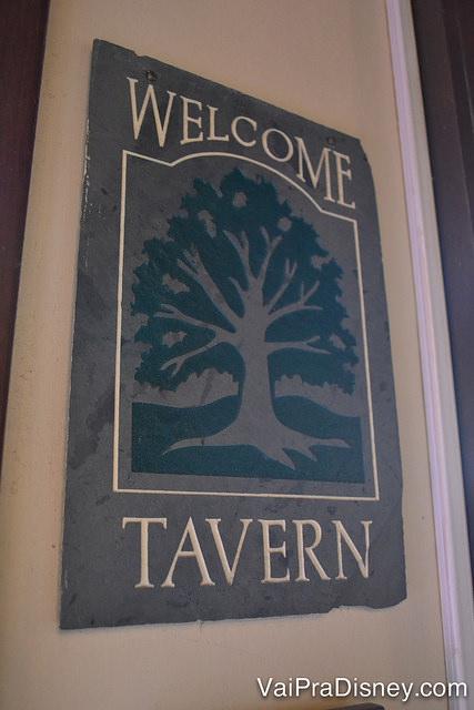 Foto da placa de boas vindas na entrada da Liberty Tree Tavern, com o desenho de uma árvore