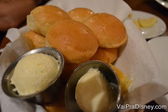 Foto do pão que é servido no jantar com a comida, acompanhado de manteiga