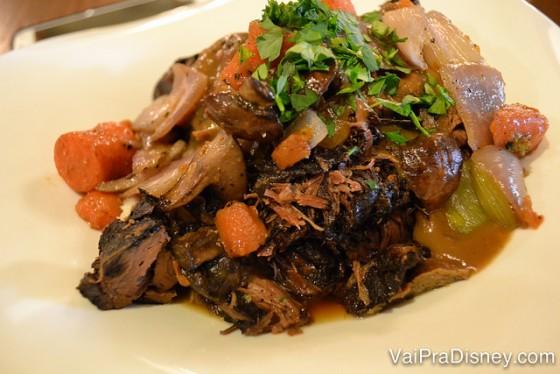 Foto de um prato com uma espécie de carne de panela com cebola, cenoura e um molho bem temperadinho. Opção do cardápio do almoço do Liberty Tree Tavern.
