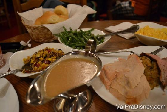 Foto da mesa com as diversas opções de comida Family Style no Liberty Tree Tavern, restaurante da Liberty Square do Magic Kingdom