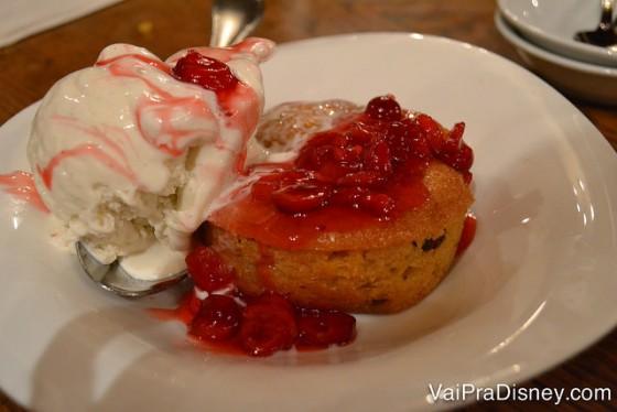Foto da sobremesa do jantar, bolinho de cranberry com sorvete