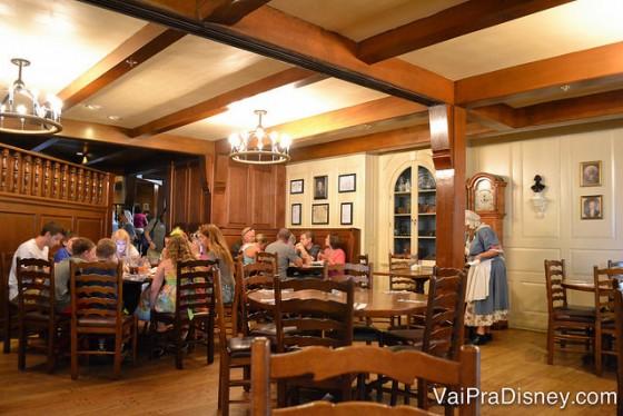 Foto das mesas de madeira no interior do Liberty Tree Tavern