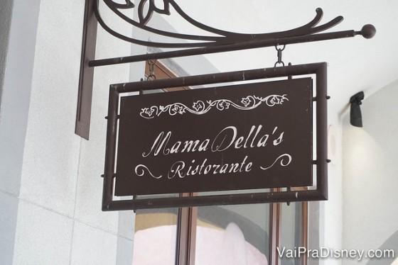 Foto da placa do Mama Della's Ristorante, uma cantina italiana