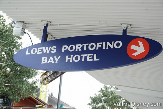 São vários barcos indo para vários hotéis da Universal. Basta olhar a plaquinha para escolher o hotel certo!