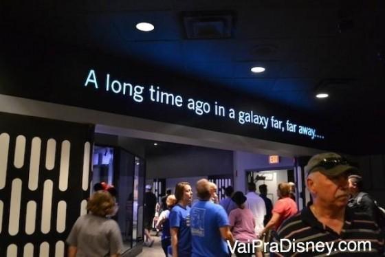"""Foto da frase dos filmes, """"A long time ago in a galaxy far, far away..."""" escrita no teto do Launch Bay"""