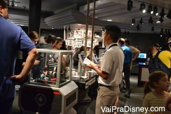 Visitantes fazendo MagicBands personalizadas na nova loja do Launch Bay
