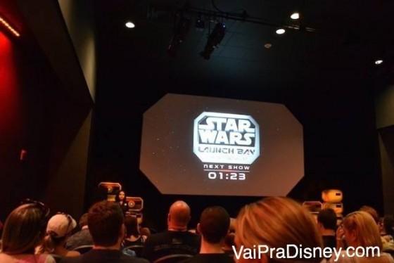 Foto dentro do cinema esperando o início do curta sobre os bastidores do novo filme de Star Wars