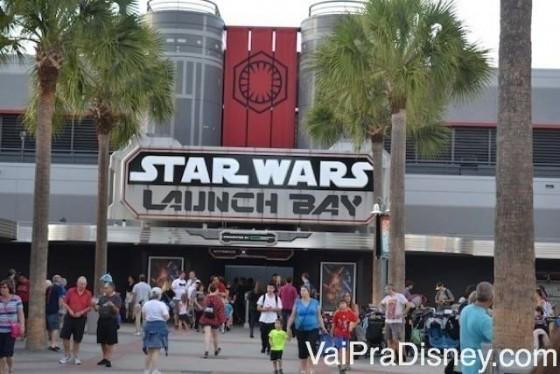Foto da parte externa do Star Wars Launch Bay, local destinado a Star Wars no Hollywood Studios