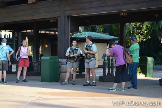 Dois dos guias esperando os visitantes na entrada do parque para o primeiro horário do tour.
