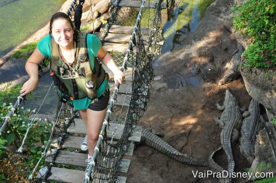 Foto da Renata passando pela ponte sobre os crocodilos e sorrindo para a câmera