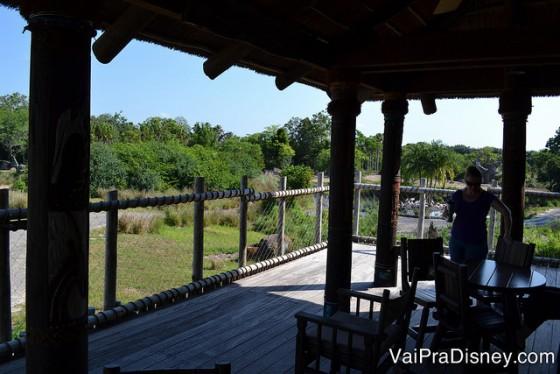 Foto do espaço no meio da área do safari onde os visitantes param para comer e ver os animais.